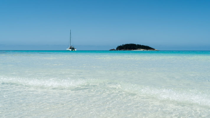 Sailing boat at Hill Inlet, Whitsunday Island, Queensland, Australia