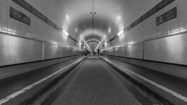 Alter Elbtunnel in Hamburg makes for a strong leading line
