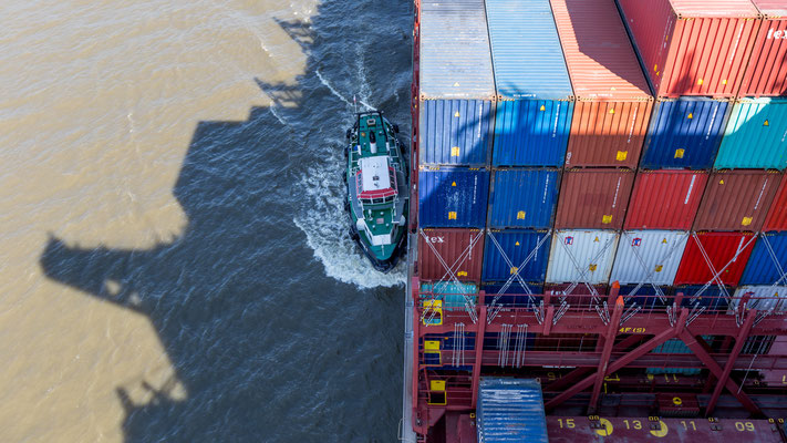 The Harbour pilots leaving the CSCL Saturn at the border of Hamburg and Schleswig-Holstein