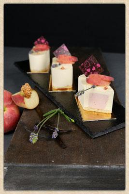 Blutpfirsich Lavendel Sahne in einer Vanillesahne. Stück 3,50 €. Enthält Alkohol