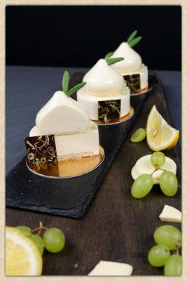 Zitronenzabaione mit weißem Schokoladen Mousse. Stück 3,40 €. Enthält Alkohol