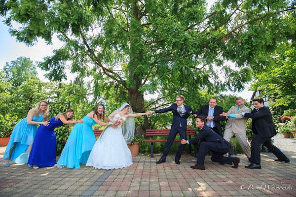 Brautpaar mit Freunden