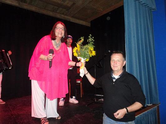 Der Vorsitzende Christian Wittman verabschiedet Nena mit einer Sonnenblume