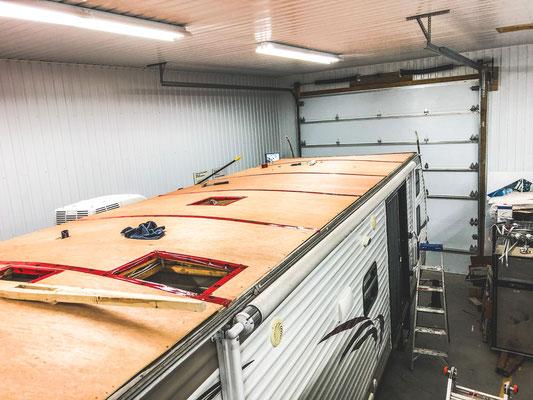 Réparation de toit de roulotte