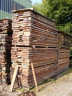 Schnittholz in der Vortrocknung auf dem Hof
