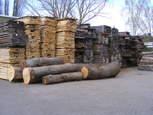Rundholz und Schnittholz auf dem Außenplatz Cropp Hamburg
