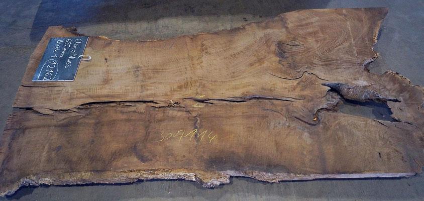 Nussbaum Claro Walnut Baumriese eingesägt zu Tischplatten Massivholzplatten Baumplatten