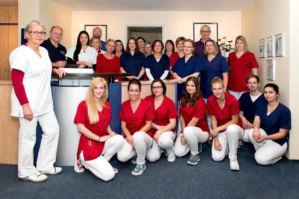 Teamfoto mit allen Ärzten, Schwestern und Pflegern der Onkologischen Schwerpunktpraxis Wolfsburg