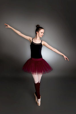 Ballerina tanzt im Studio