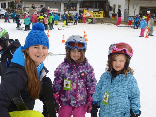 Skilehrerin Melli mit 2 Kindergarten Skikurs Kindern