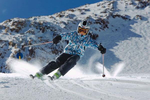 Skikurse Jugend 13 -18 Jahre_Skikurs Kind aus der schwarzen Lerneben beim Carven
