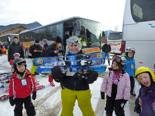 Skilehrerin Teresa mit Kursgruppe Kindergarten