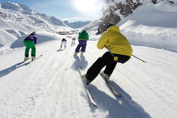 Skikurse Jugend 13 -18 Jahre_Abfahrtsrennen während des Skikurses für Kinder und Jugendliche