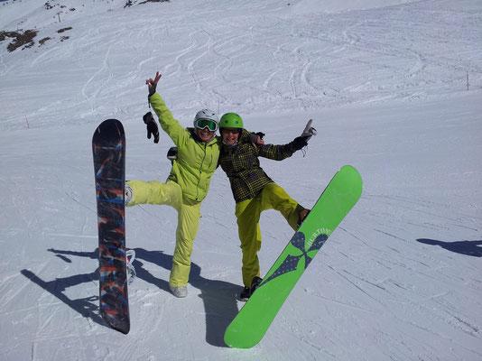 Skikurse Jugend 13 -18 Jahre_Snowboarder treffen sich zur Mittagspause in der Hütte