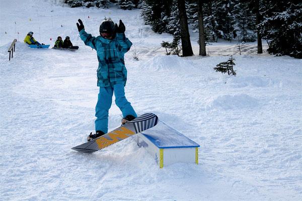 Snowboarder auf der Box