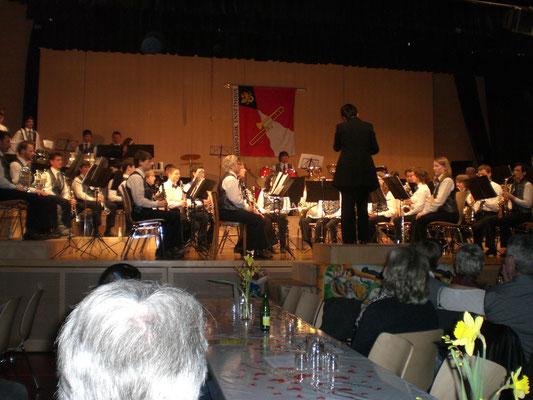 """Nach dem gelungenen Konzert erhielten wir vom Publikum einen grossen Schlussapplaus.  Das ist unser """"Lohn"""" für die vielen, vielen nahrhaften Proben."""