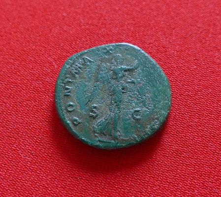 Bronzemünze von Kaiser Hadrian (117-138 n.Chr.) - Nominal: 1 As - Ansicht: Victoria, Siegesgöttin mit Lorbeerkranz in der rechten Hand, Umschrift PONT.MAX (Pontifex Maximus = höchster Hohenpriester)