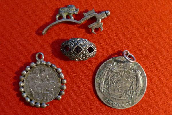 diverse Silberanhänger und Silberbruchteile