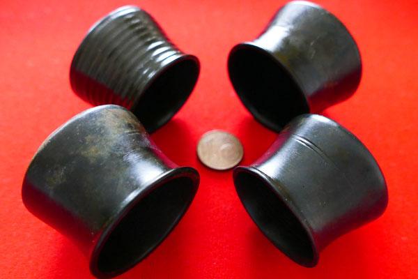 4 Schröpfköpfe eines Baders/ Wundarztes  - unterschiedliche Exemplare aus Bronze mit gekehlter Außenseite und kleinem Knauf. - ca. 16./ 17. Jh.  (siehe auch: http://stadtarchaeologie.at/start/funde/focus/schroepfkopf/)