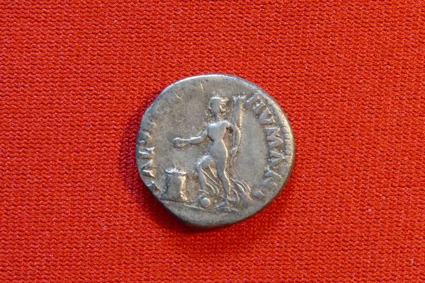Silbermünze von Kaiser Galba (68-69 n. Chr.) - Nominal: 1 Denar - Ansicht: stehende Göttin Salus (Göttin des staatlichen und kaiserlichen Wohlergehens) mit Fuß auf Globus, mit Ruder in der Hand, und opfert über flammenden Altar, (19mm, 3,3g)
