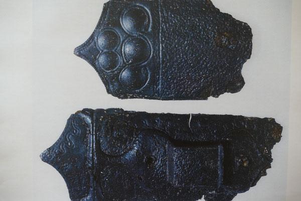 Verzierte Schwertscheidenteile: Foto - Landesamt für Denkmalpflege