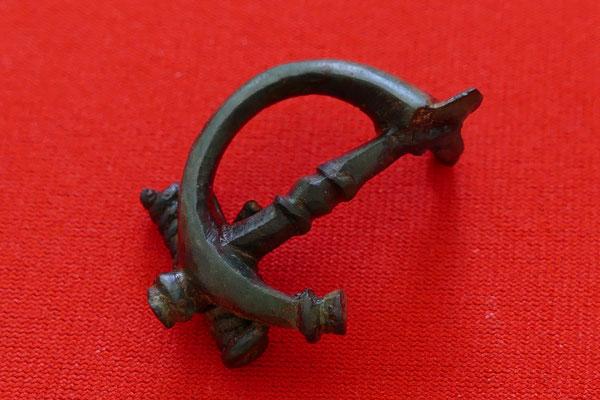 Römische Cornu-Fibel (Gewandschließe) aus Bronze: Darstellung der Trompete (Cornu oder Bucina; siehe Wikipedia; Vergleichsfund existiert von Enns/Lauriacum)) mit mittiger Tragestange - 1./2. Jh. n. Chr. - L: 3,8 cm, B: 2,6 cm
