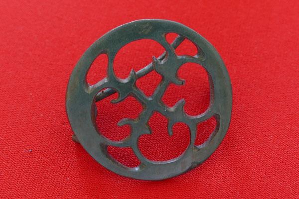 Römische Scheibenfibel aus Bronze - mit kreuzförmigem Peltenmotiv durchbrochen - Durchmesser 4 cm
