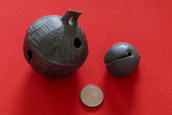2 Bronzeglöckchen/ Schellen - vermutl. 16./ 17. Jh.