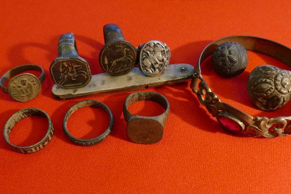 Diverse RInge aus dem 17.-20. Jh., Silberknöpfe, Armreif und ein silbernes Taschenmesser