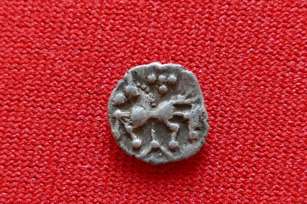 silberne Kleinsilbermünze Typ Manching - 2./1. Jh. vor Chr. - (0,5g) - Rückseite: Pferd, darüber 5 Kugeln, darunter Winkelspitz mit zentralem Punkt