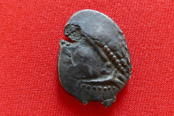 Silberne Tetradrachme des Stammes der Noriker - 2./1. Jh. vor Chr. - (10g) - Vorderseite: Apollon-Kopf mit Lorbeerkranz
