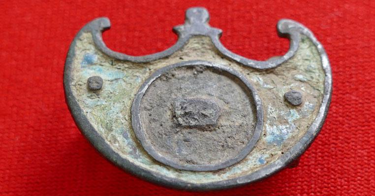 Peltaförmige Scheibenfibel (ehemals emailiert und versilbert) - 3,3 x 2,5 cm - 2./3. Jh. nach Christus