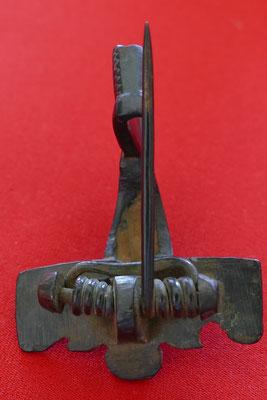 Römische Kniefibel (Gewandschließe) aus Bronze mit Kreispunzen verziert - 2./3. Jh. n. Chr. - L: 6,7 cm, B: 5 cm