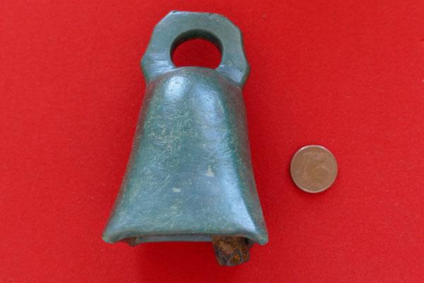 Römische Bronzeglocke mit Eisenschlägel und achteckiger gelochter Öse - Maße: 5,2 x 4,2 x 8,6 cm