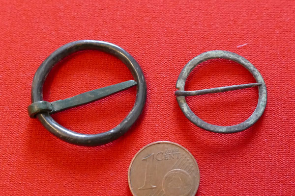 zwei mittelalterliche Ringfibel (aus Bronze und Kupfer)