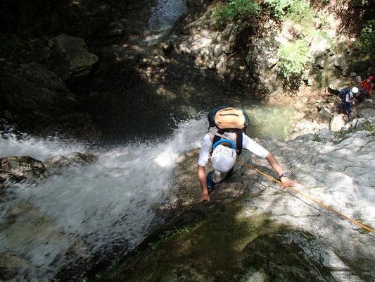 ロープで確保しながら白滝を登ります