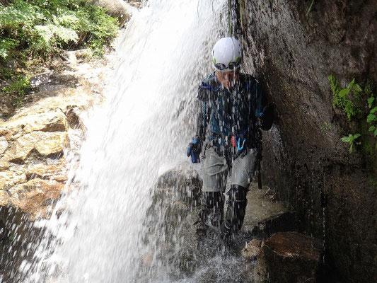 裏見の滝の裏を通ってみました