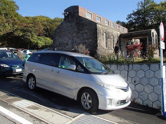 登山口近くの駐車場からは2kmぐらい下の方になんとか駐車