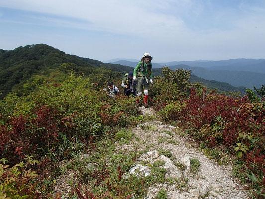 東峰への稜線歩き。この辺りは眺望良し