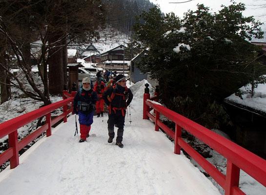坊村の明王院の橋を渡り出発