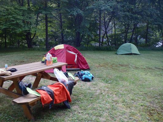 二軒小屋の芝生の上で、濡れたものぜんぶ乾かす。今日はテント3張