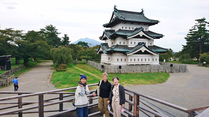 弘前城、天守閣をバックに