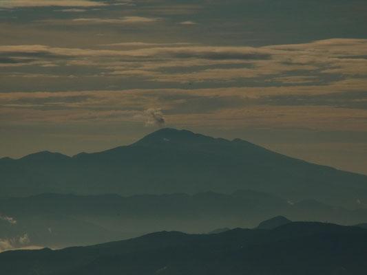 稜線から噴煙をあげる浅間山が見えます。