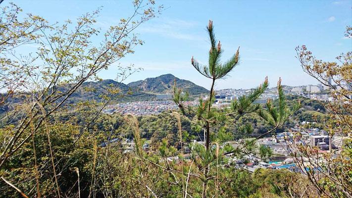 樹間からは、一回目で越えてきた須磨アルプスの山々