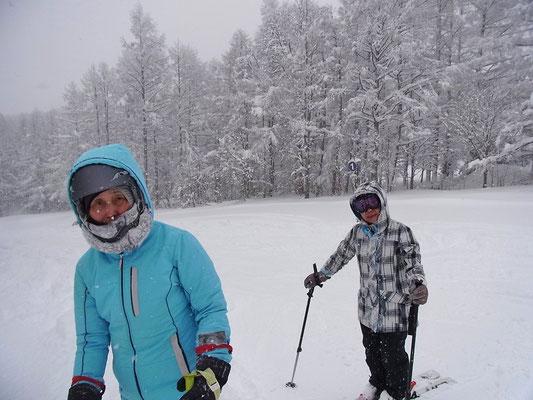 たっぷり(降りすぎ)の雪の中でのスキーです。