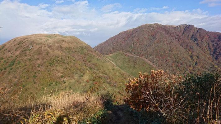 孫三瓶山山頂から左、子三瓶山。 右、男三瓶山