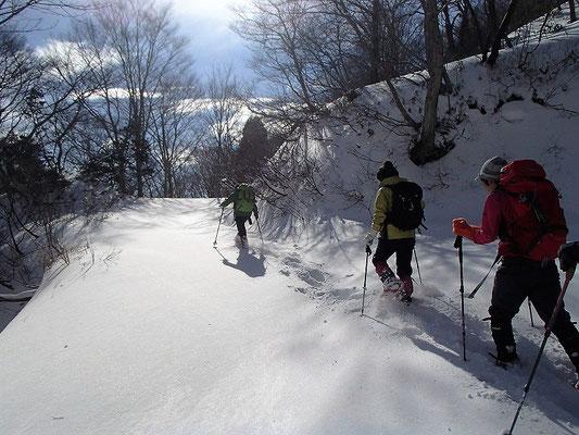 深雪を踏みしめて進みます