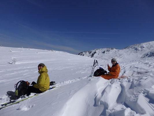 鞍部まで滑って休憩。飛行機雲と四ツ岳がいいね