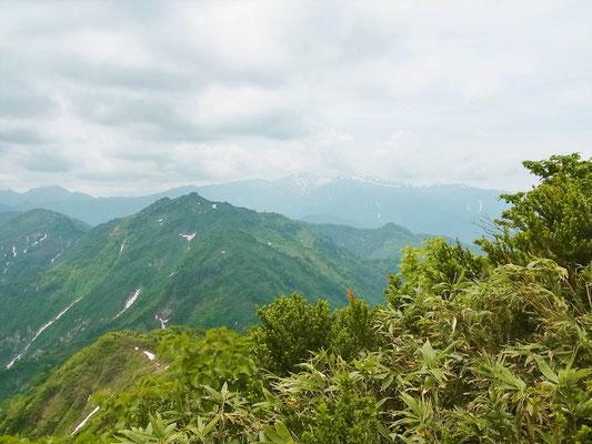 大笠山山頂(1,821.8m)から笈ケ岳と後ろに白山