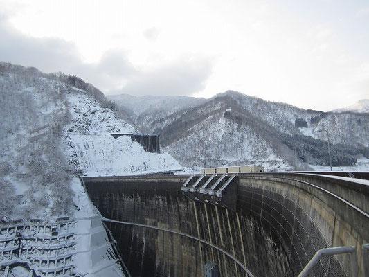 真名川ダムから出発。手前の尾根を登ります。